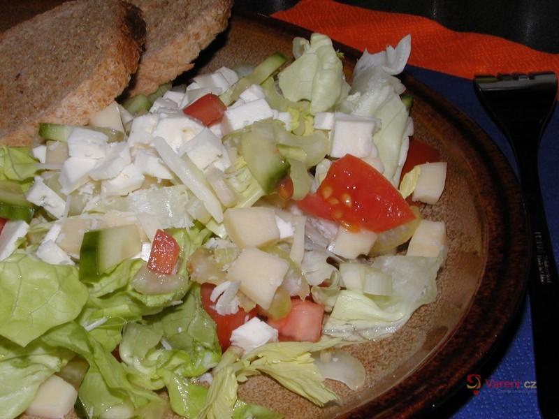 Salát s řapíkatým celerem a sýrem