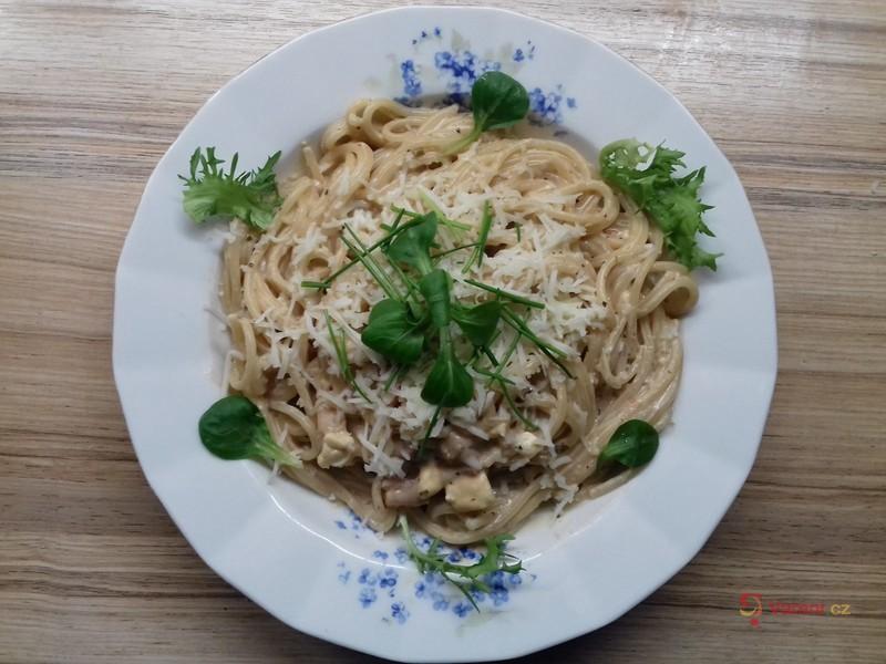 Špagety s nivou a cottage omáčkou