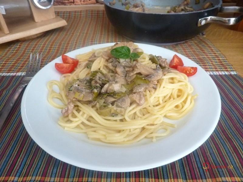 Špagety se žampiony a vlašskými ořechy