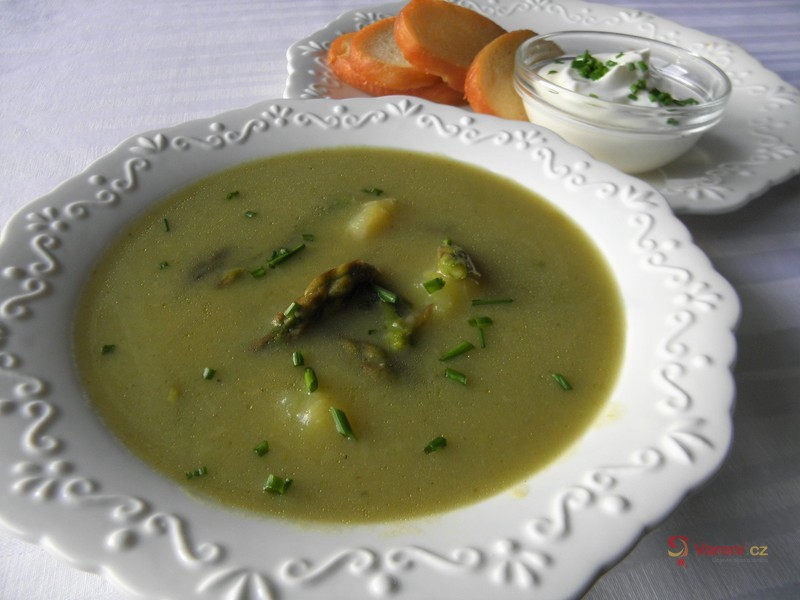 Jemná polévka ze zeleného chřestu
