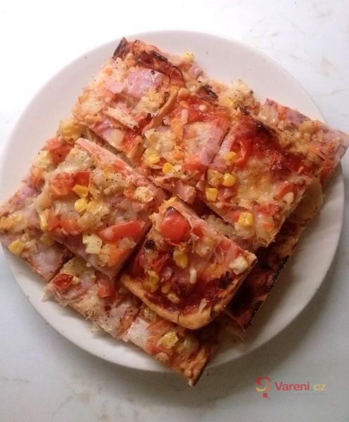 Pizza s rajčaty a kukuřicí