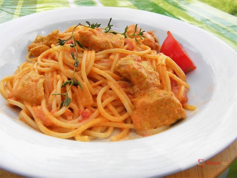 Špagety s rajčatovou omáčkou a kuřecím masem