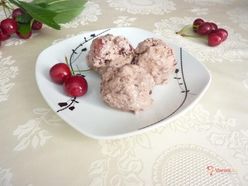 Třešňová zmrzlina s kousky čokolády