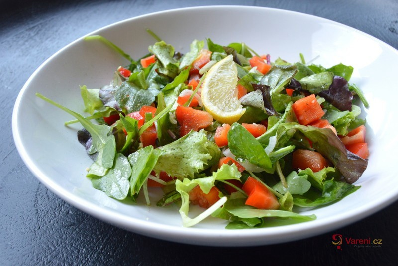 Zeleninový salát s česnekovou zálivkou