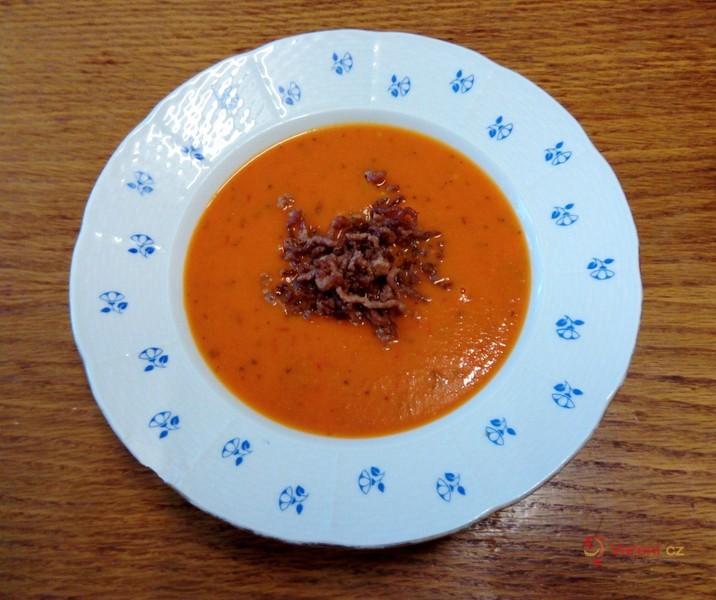 Rajčatová polévka s restovaným mletým masem