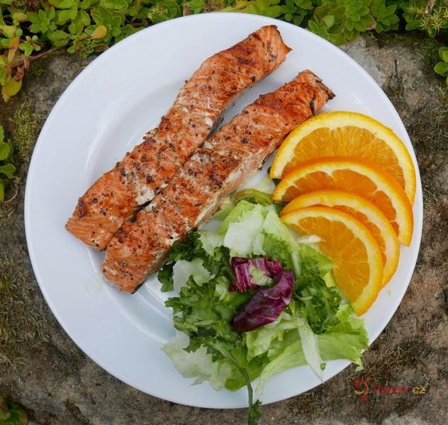 Grilovaný losos na pomerančích