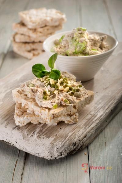 Pomazánka z uzené makrely a pečeného česneku s racio chlebíčky