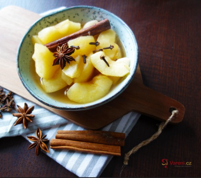 Čerstvý jablkový kompot