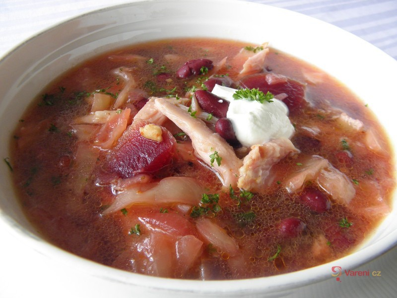 Zelná polévka s uzeným kuřecím masem a červenou řepou
