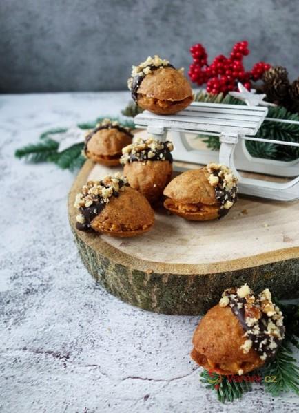 Plněné ořechy s karamelovou náplní