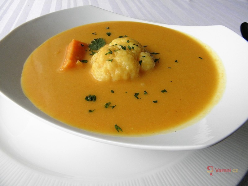 Krémová polévka z batátů s květákem