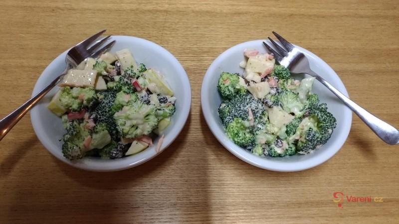 Jarní brokolicový salát s jablkem a rozinkami
