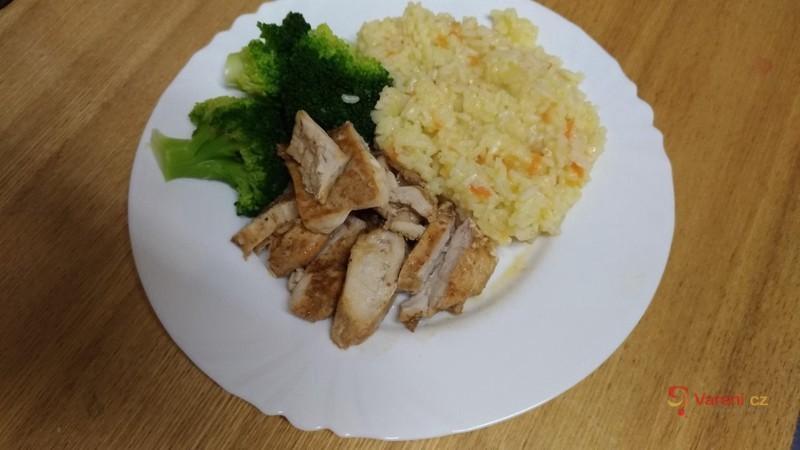 Jarní přírodní plátek s mrkvovou rýží a brokolicí