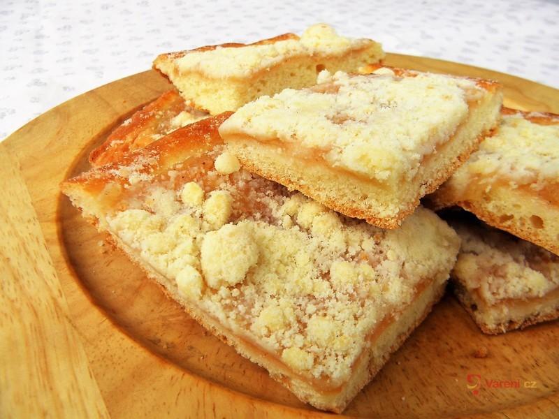 Jablečný kynutý koláč s drobenkou
