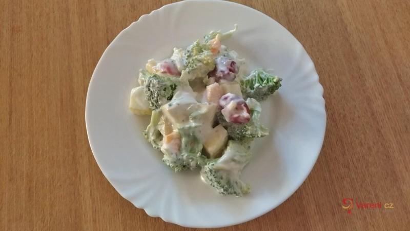 Letní brokolicový salát s ovocem a jogurtovým přelivem