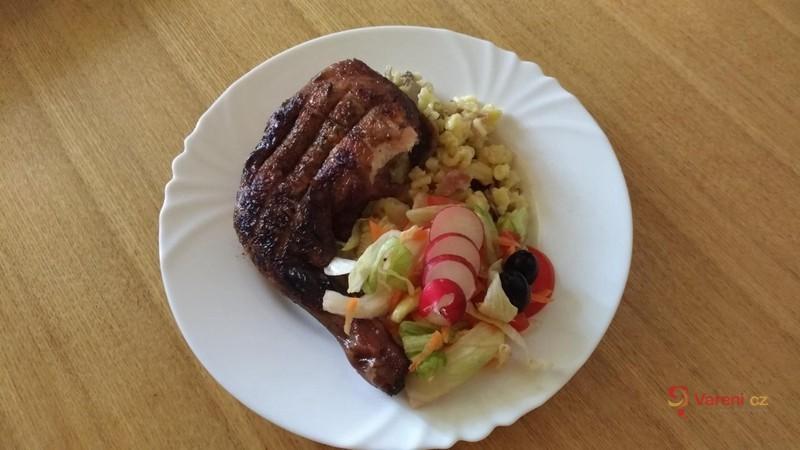 Grilované kuřecí stehno s těstovinami a salátem