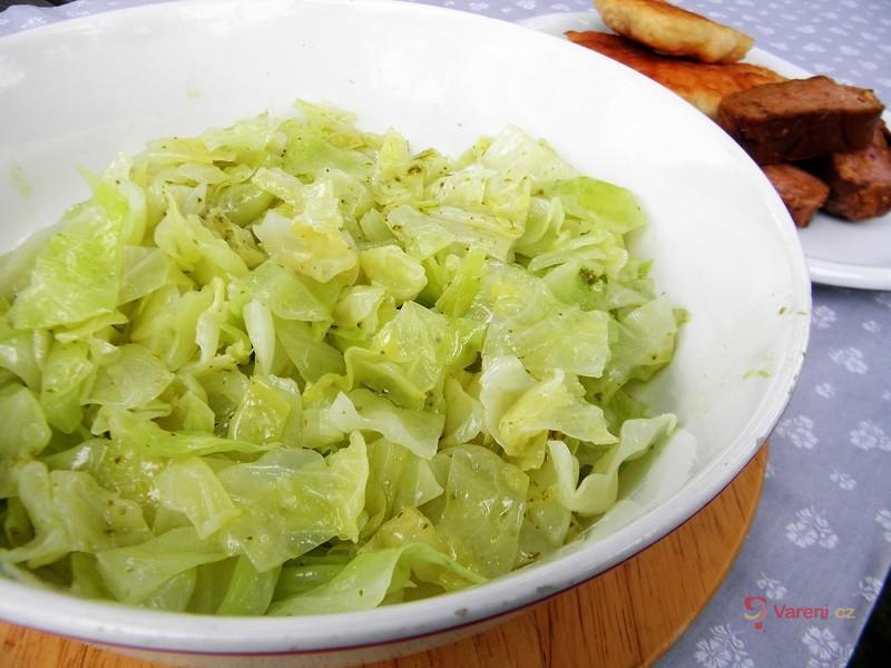 Zelný salát s bazalkou