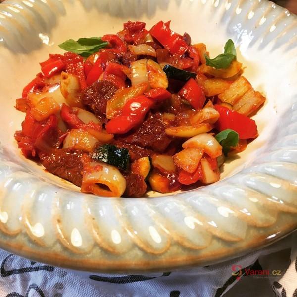 Salát ze smažených paprik, rajčat a cukety