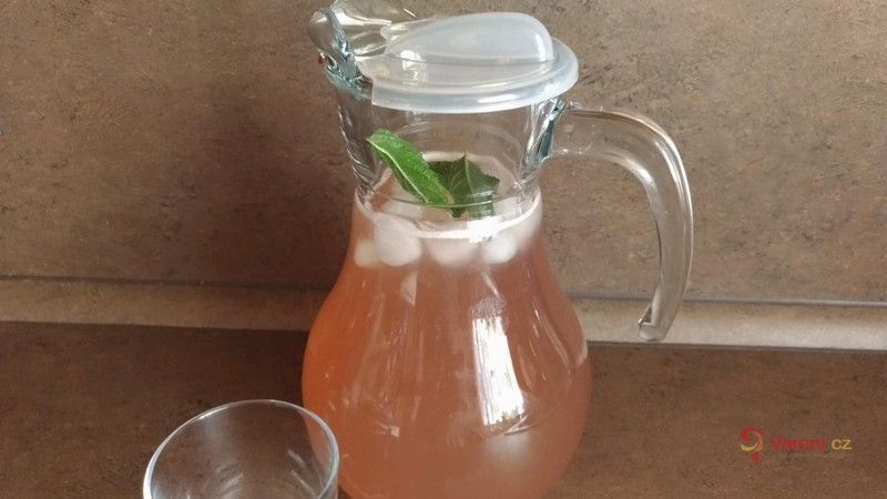 Levandulová limonáda s medem a mátou