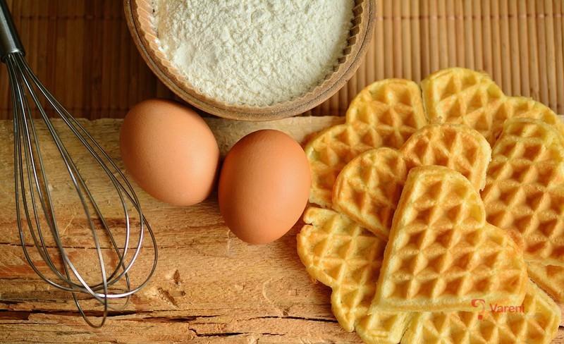 Vanilkové vafle se šlehačkou a ovocem
