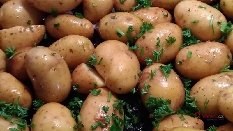 Nové pečené brambory s česnekem a petrželkou