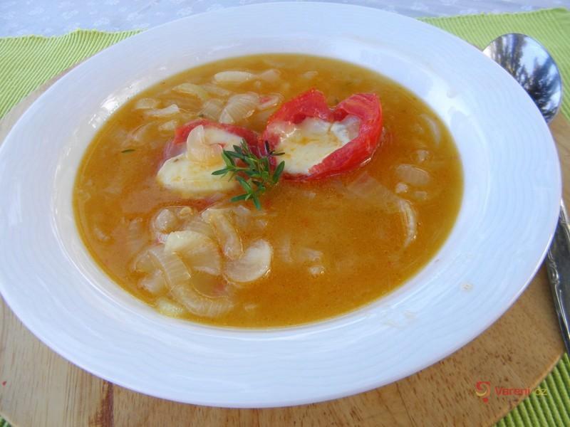 Pikantní cibulovo-rajčatová polévka