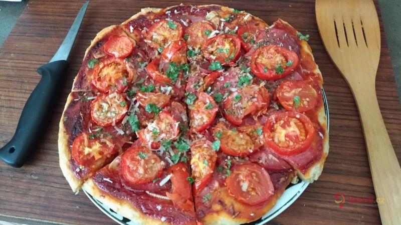 Domácí pizza s rajčaty ze zahrádky