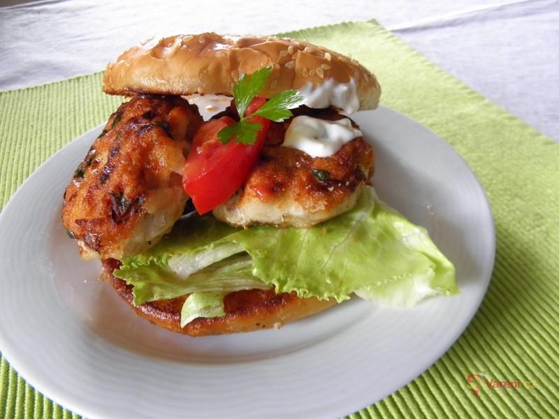Rybí burger na grilu