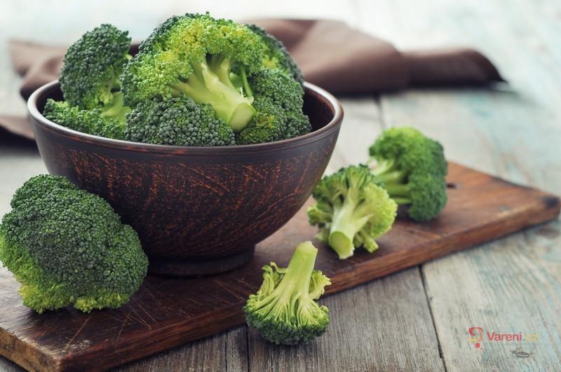Salát z čekanky a brokolice