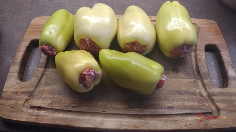 Plněné papriky s mletým masem a rajskou omáčkou