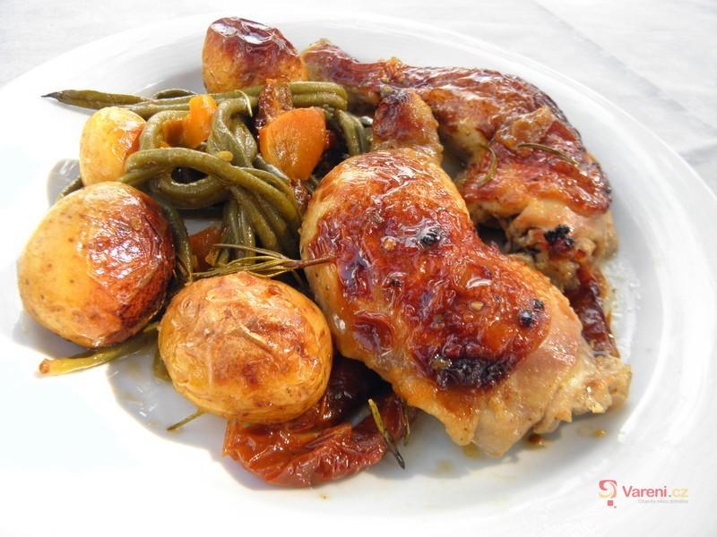 Pečená kuřecí stehna s fazolkami