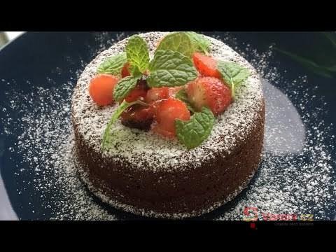 Lávový dort s mátou a jahodami