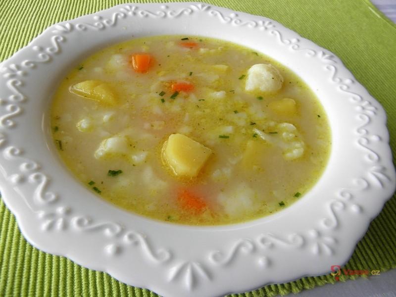 Jemná bramborová polévka s květákem