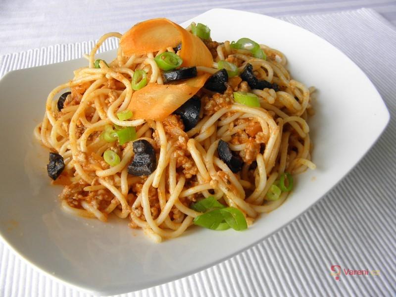 Špagety s pikantním masem a olivami