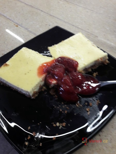Tvarohový koláč s jahodovým dipem