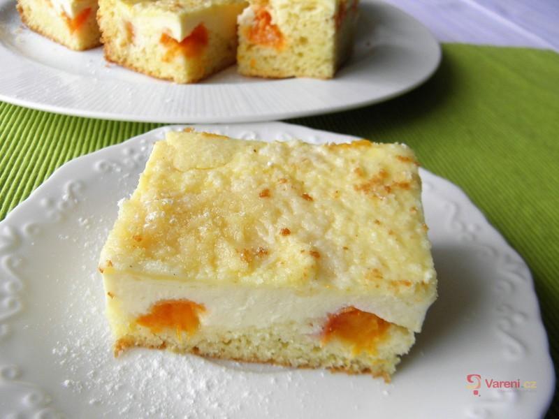Drobenkový koláč s tvarohem a meruňkami