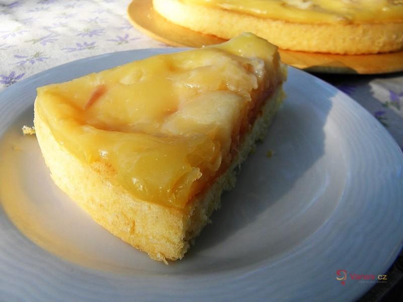 Piškotový koláč s nektarinkou