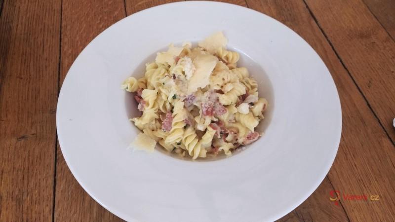 Těstovinový salát s anglickou slaninou a parmezánem