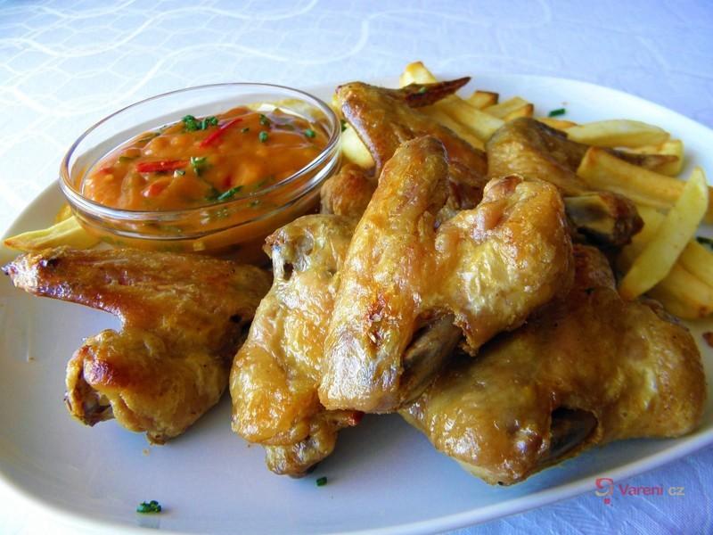Grilovaná kuřecí křidélka s pikantní omáčkou