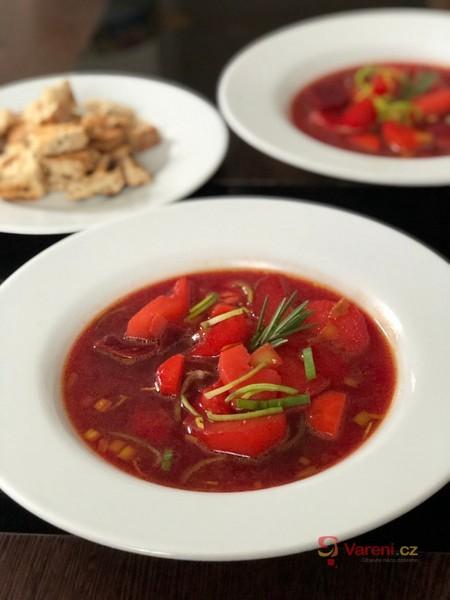 Veganská polévka z červené řepy