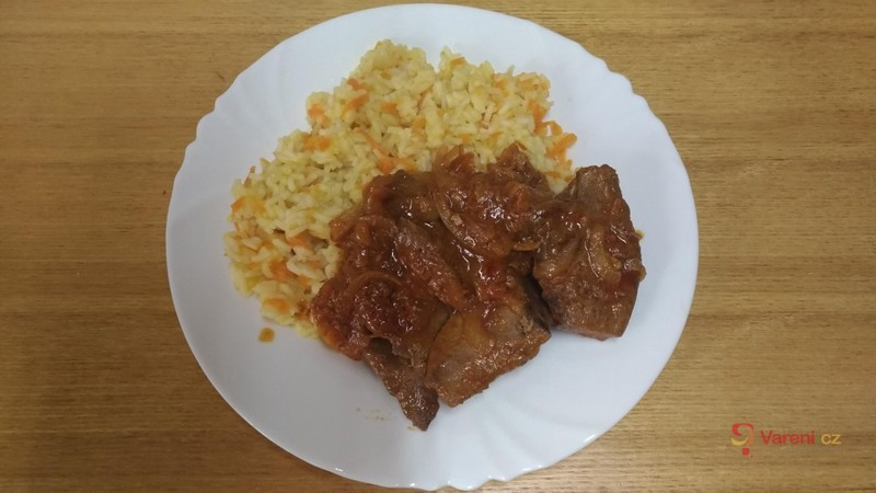 Restovaná vepřová játra s mrkvovou rýží