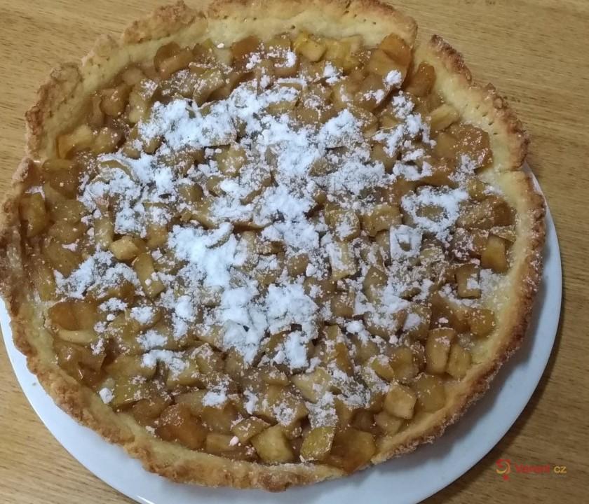 Jablkový koláč s javorovým sirupem a ořechy
