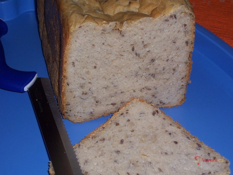 Chléb se sýrem cottage a lněným semínkem