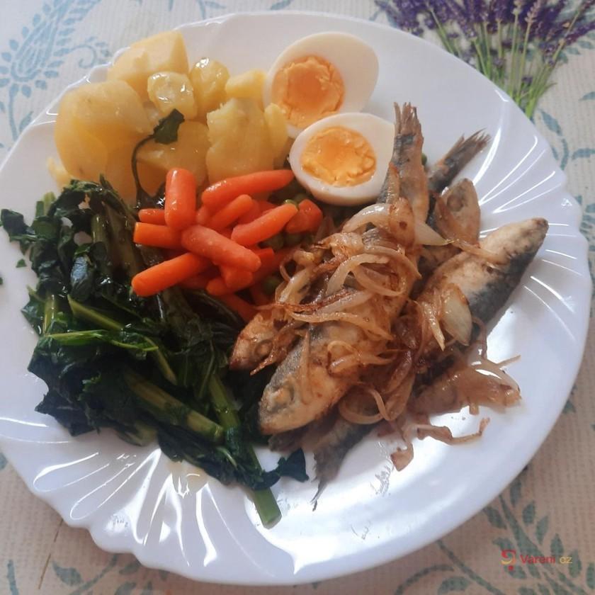 Smažené sardinky s dušenou zeleninou a vejci