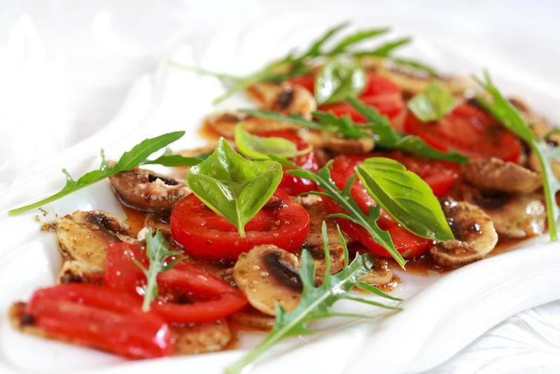 Houbový salát s rajčaty