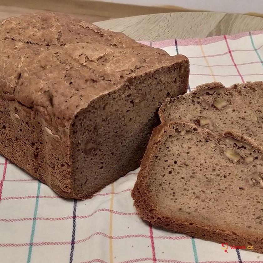 Žitný kváskový podmáslový chléb s vlašskými ořechy