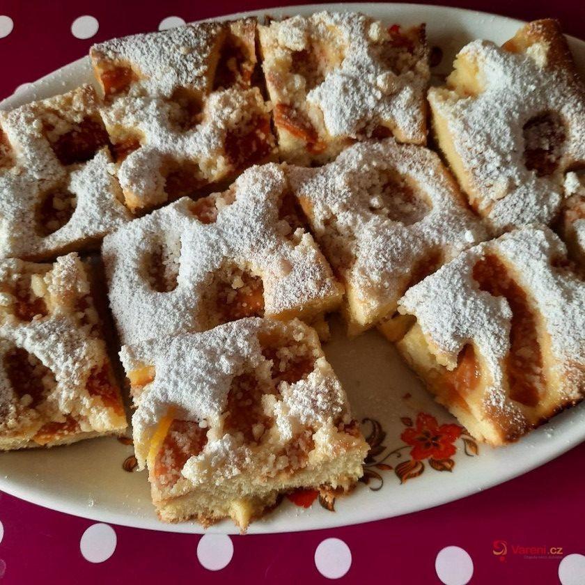 Broskvový hrnkový koláč s drobenkou