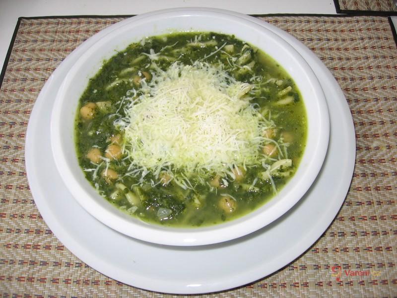 Špenátová polévka s těstovinami a cizrnou
