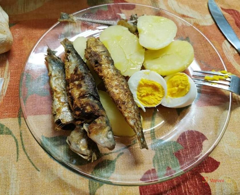 Čerstvé pečené sardinky s citronem, česnekem a rozmarýnem