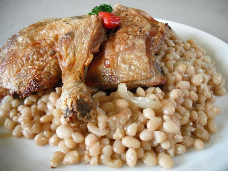 Pečená kuřecí stehna s bílou fazolí